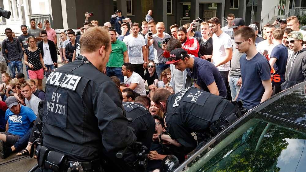 1118388082-polizeieinsatz-bei-schuelerdemo-gegen-abschiebung-ZSybz8kZYNG